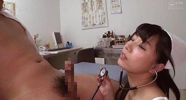 Доктор отымел медсестру-кореянку на кушетке