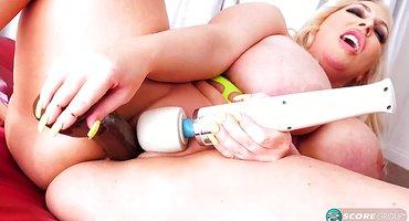 Женщина в возрасте дрочит промежность разными дилдо
