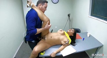 Нежная индианка в полицейском участке выебана полицейским