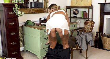 Секретарша на стуле раздевается и гладит нежный клиторок