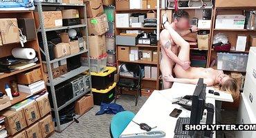 Жесткий охранник блондинку в очках трахнул в подсобке