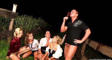 Мужик на лужайке долбит четырех пьяных дамочек