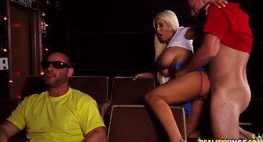 Мужик в кинотеатре на сеансе выебал сисястую блондинку