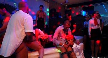 Стюардессы в клубе дают толпе мускулистых партнеров