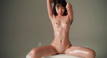 Азиатская модель нагой снимается в профессиональной студии