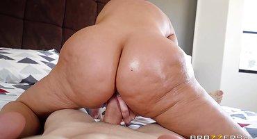 Пышная женщина лежит на спине и дает курьеру