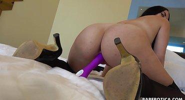 Брюнетка в чулках вонзила фиолетовую игрушку в мягкую писюлю