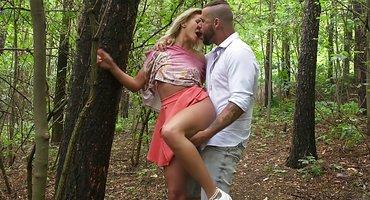 Девушка в платье под деревом раком дает жениху