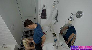Пацан загоняет в ванной хер в мохнатку соседки