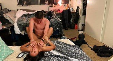 Пара студентов на полу снимают домашнюю порнушку и кончают