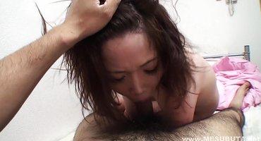 Азиатская парочка наслаждается нежным сексом без презика