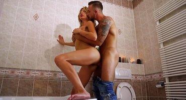 Парень в ванной охотно имеет жену соседа в мокрую вагину