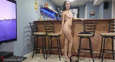 Худая официантка делает голые селфи на барном стуле