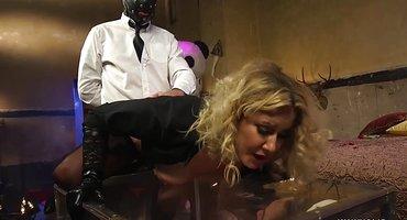 Госпожа переодевает двух рабов в женские образы