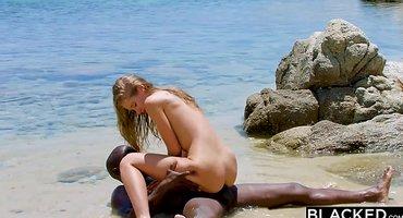 Негр на пляже накормил спермой белую туристку
