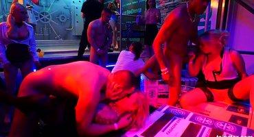Ночной клуб стал местом для шикарной оргии