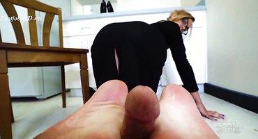 Блондинка подрочила ступнями грибовидный пенис соседа
