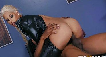 Чернокожий полицейский жестко поимел страстную блондинку