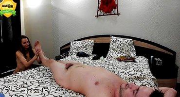 Две голые подруги делают эротический массаж соседу