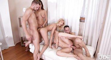 Два парня выебали в общаге трех послушных девушек