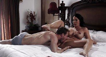 Мужик грубо трахает жену лучшего друга на кровати