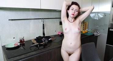 Девка на кухне ласкает волосатую промежность