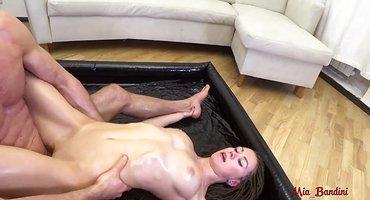 Мужик на массаже активно трахается с промасленной девкой