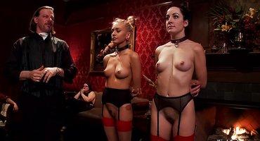 Господин жестко и публично выебал двух послушных девок