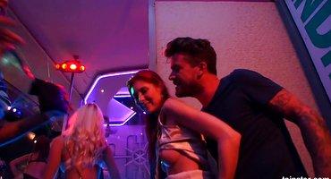 Мужики в ночном заведении толпой выебали пьяных девок