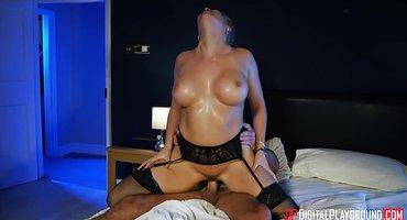 Жена изменяет перед мужем с его горячим боссом