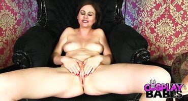 Подруга сует белый самотык в вагину любовницы