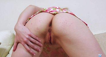 Блондинка сняла розовое платье и мастурбирует пиздень
