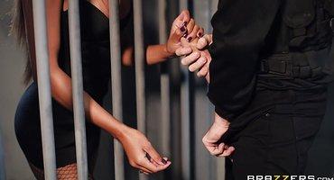 Полицейский в камере имеет заключенную огромным хуем