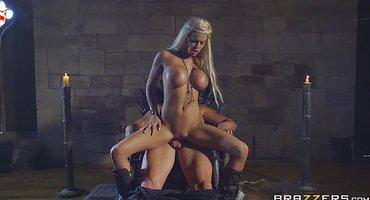 Король раком на троне выебал пошлую блондинку