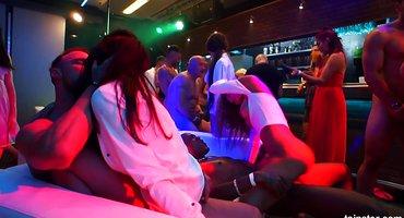Парни в клубе натягивают пьяных девок на мощные хуи