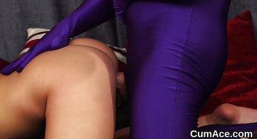 Мужик в фиолетовом костюме разминает пизду соседки толстой палкой