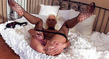 Знойная блондинка прозрачным дилдо натирает влагалище