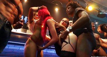 Парни отымели девок на вечеринке крепкими пенисами