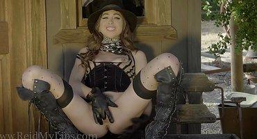 Девушка-ковбой мастурбирует на веранде мохнатку