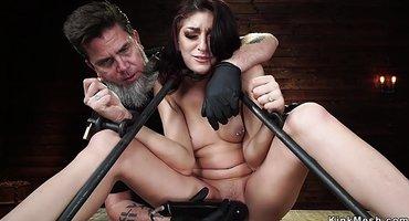 Господин приковал рабыню и страпонит секс-машиной