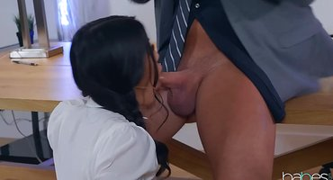 Учитель выдает на клык двум студенткам бритый стояк