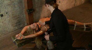 Госпожа в черной униформе фистит связанную блондинку