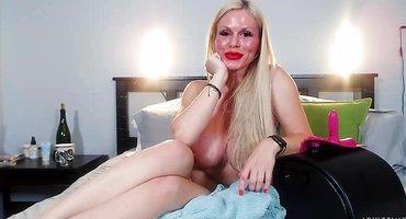 Сисястая блонди прыгает на секс-устройстве широкой вагиной