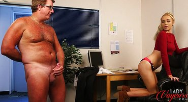 Зрелый мужик перед молодой телкой дрочит толстый хер