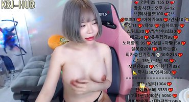Японская блогерша мастурбирует на вебку сосочки