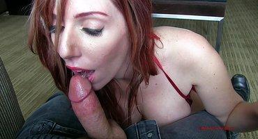 Рыжая в красном бикини отсасывает толстый член