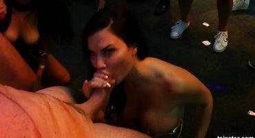 Девахи отсасывают в ночном клубе длинные пенисы
