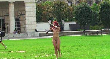 Рыжая девушка голышом гуляет по парку и соблазняет прохожих