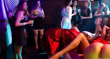 Лесбийская оргия в ночном клубе полна страсти