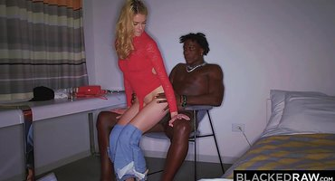 Черный занимается классным трахом с белой подругой